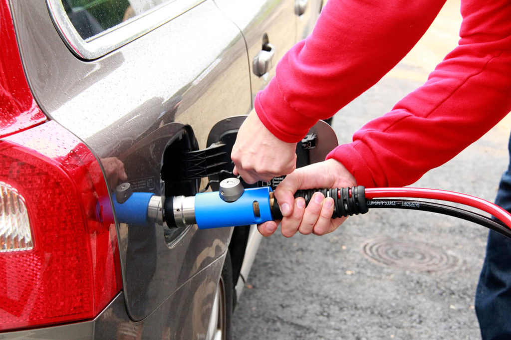 Filling up a gas car at the biomethane filling station is easy.