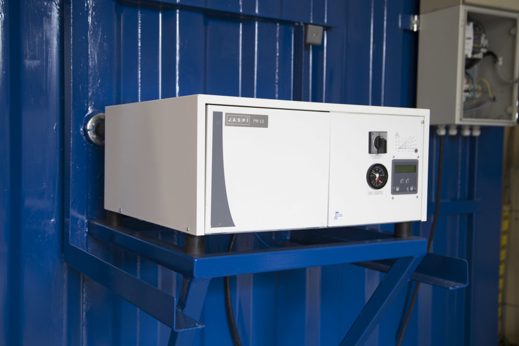 Jäspi Pikkuwatti PW 13 -sähkökattila lämmittää verkkoliitoskontin tehokkaasti.
